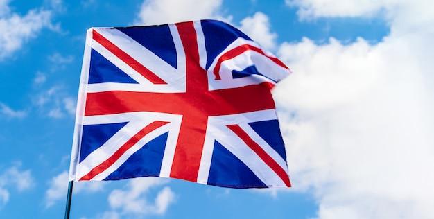 푸른 하늘에 바람에 물결 치는 영국 깃발