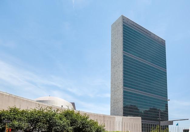 Здание организации объединенных наций в нью-йорке - это штаб-квартира организации объединенных наций.