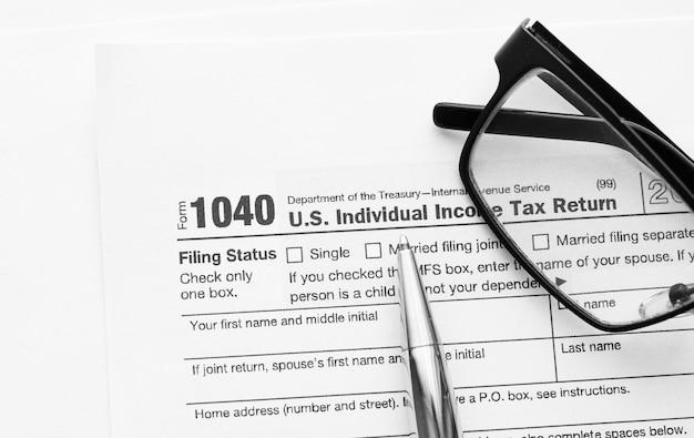 Форма 1040 для подачи налоговой декларации о доходах налоговой службы сша (irs) для подготовки налоговой отчетности с финансовыми документами