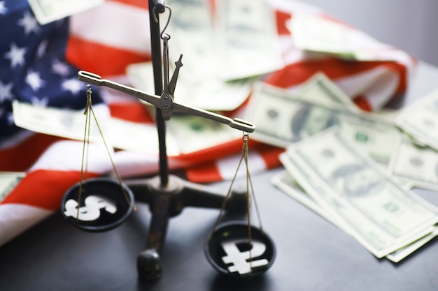 アメリカ合衆国法、正義のスケールとアメリカの国旗。コンセプト。お金。