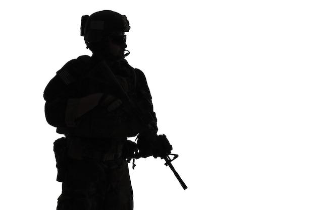 미국 해병대 특수 작전이 무기로 marsoc 레이더를 지휘합니다. 해양 특수 연산자 흰색 배경의 실루엣