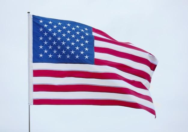 회색 하늘 배경에 미국 국기