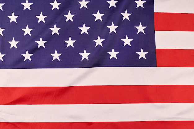 Флаг соединенных штатов америки. национальный флаг сша, патриотический символ америки. закройте флаг, развевающийся на ветру.