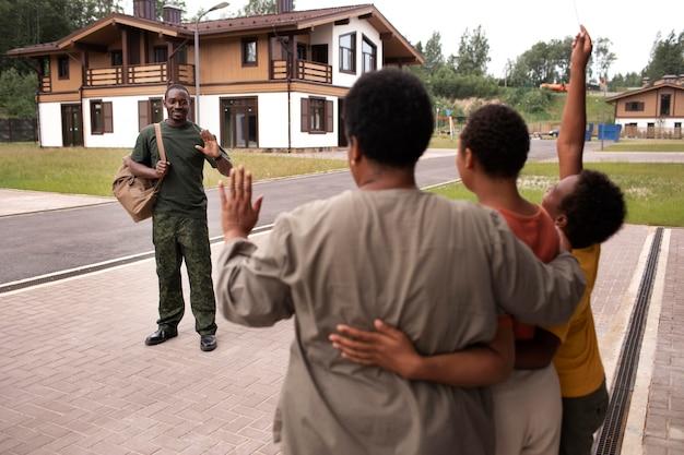 彼の家族から出発するアメリカ合衆国の兵士 無料写真