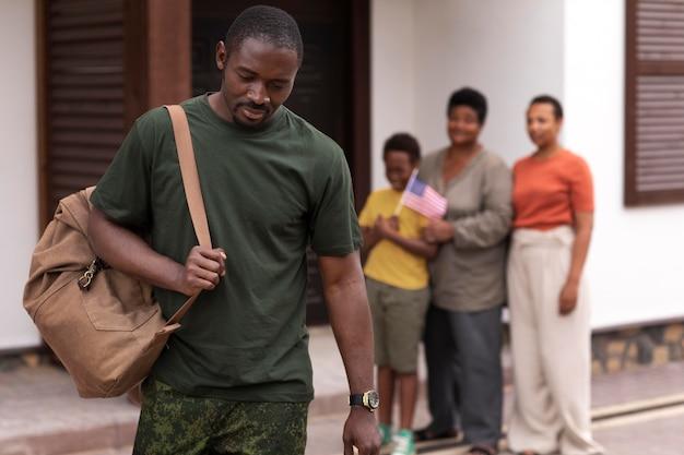 彼の家族から出発するアメリカ合衆国の兵士