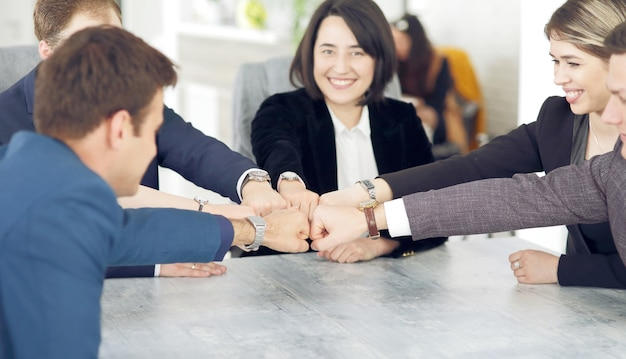 손을 함께 접는 젊은 사업가의 단결과 팀워크 개념.