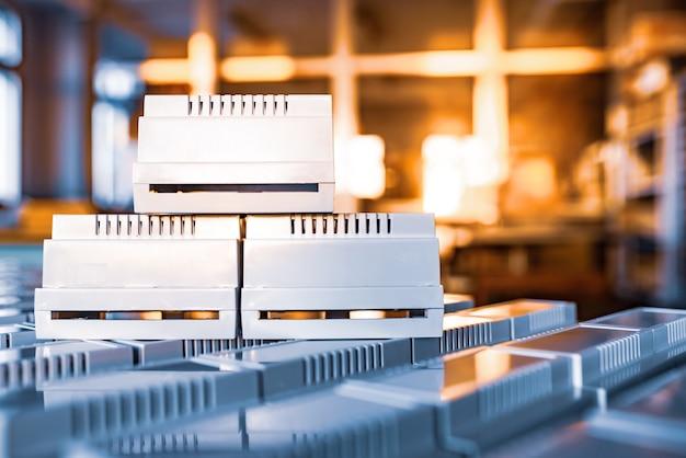 직렬 무선 전자 제품 제조를 위한 범용 플라스틱 케이스는 창에서 나오는 황금빛 백라이트 저녁 빛입니다. 전략적 민간 및 군사 장비의 개념