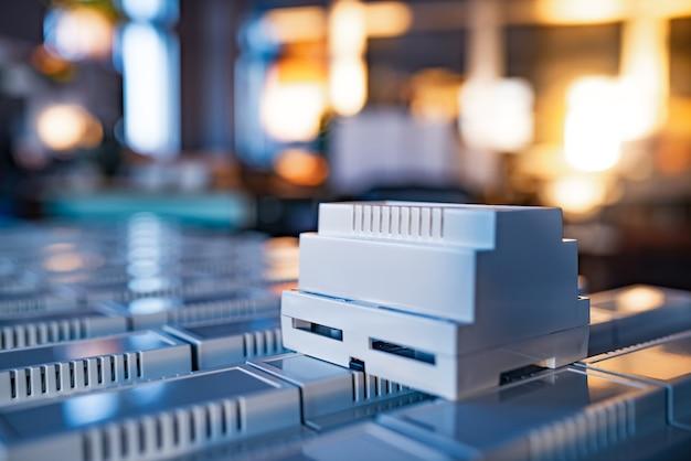 Универсальные пластиковые корпуса для изготовления серийных радиоэлектронных изделий - это золотой вечерний свет с подсветкой из окна.