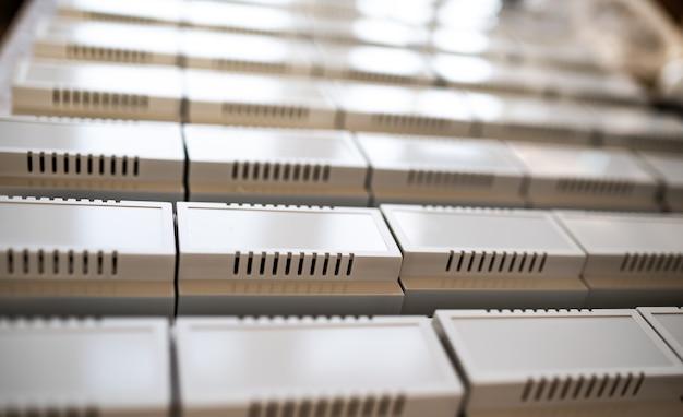 직렬 무선 전자 제품 제조용 범용 플라스틱 케이스. din 레일에 장착하기 위한 플라스틱 케이스. 전략적 민간 및 군사 장비의 개념