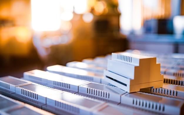 Универсальные пластиковые корпуса для изготовления серийной радиоэлектронной продукции - это вечерний свет с золотой подсветкой.