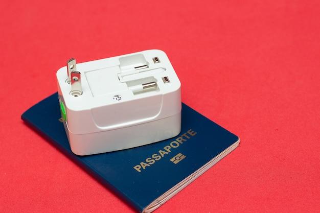 배경색이 있는 여권 위의 범용 소켓 어댑터