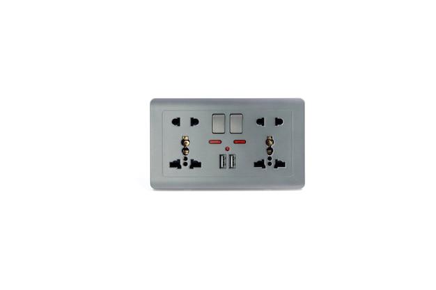 흰색 배경에 격리된 충전기용 usb 5.0v dc 출력 소켓이 있는 범용 벽면 콘센트 ac 전원 플러그.