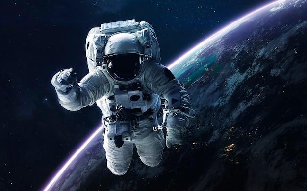 Вселенная наполнена звездами, туманностями, галактиками и планетами