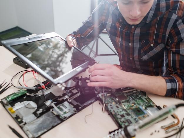 大学のコンピュータエンジニア教育。学術的知識。スキルトレーニング