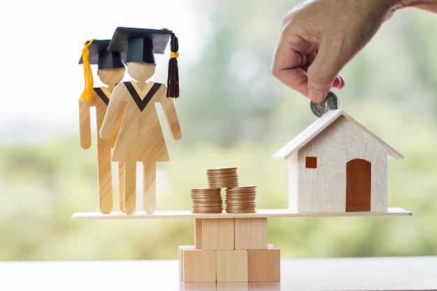 대학 교육 해외 학습 국제 아이디어. 학생 졸업은 나무 균형에 집에 동전을 저장합니다. 연구의 개념은 비용 절감이 필요하고 주택 대출이 재산을 현금으로 전환할 수 있습니다.
