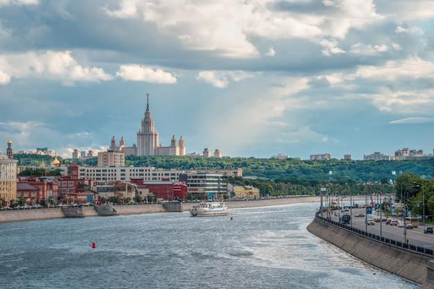 Университет на зеленом холме под вечерним солнцем. красивый московский вечерний городской пейзаж.