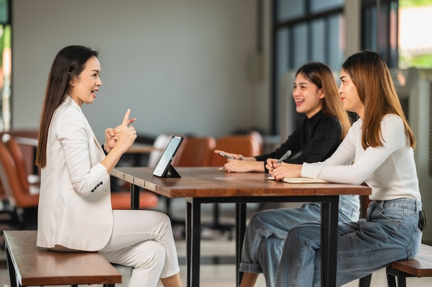 Профессор университета дает урок студентам в классе в университете