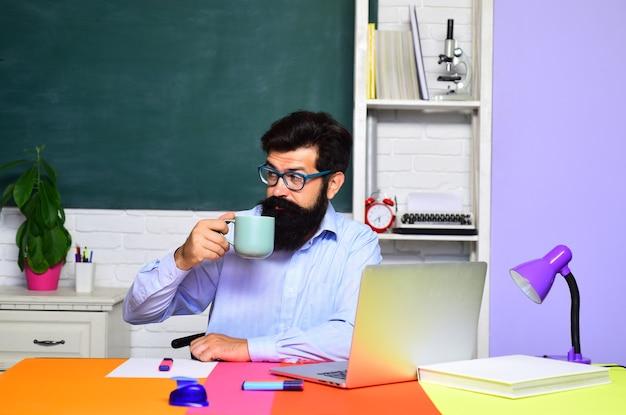 대학 세계 교사의 날 대학생 대학 창의에서 남학생의 초상화