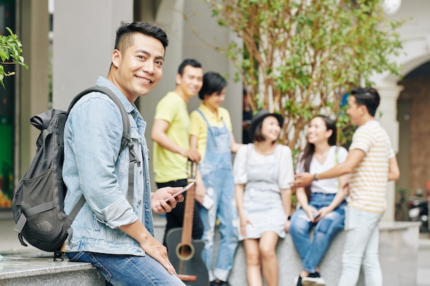 Студент университета со смартфоном Premium Фотографии