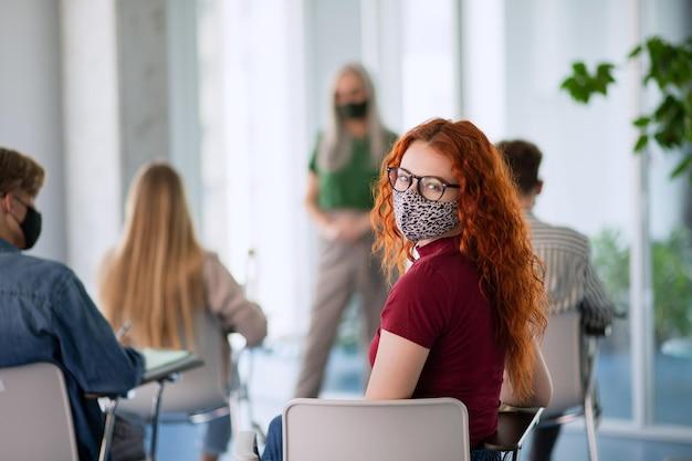 무료 교육을 위해 싸우는 카메라를 바라보며 실내에서 시위하는 대학생 활동가들.