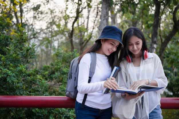 Студенты университета, стоящие в кампусе во время перерыва
