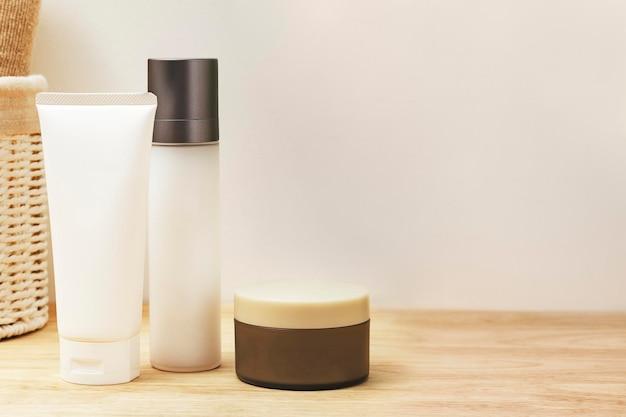 Prodotti di bellezza e cura della pelle senza etichetta in un bagno