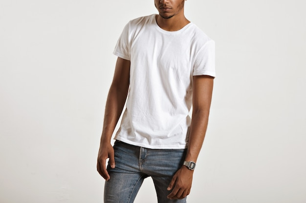 若いアスリートの筋肉質の体に提示されたラベルのない白い綿のtシャツ