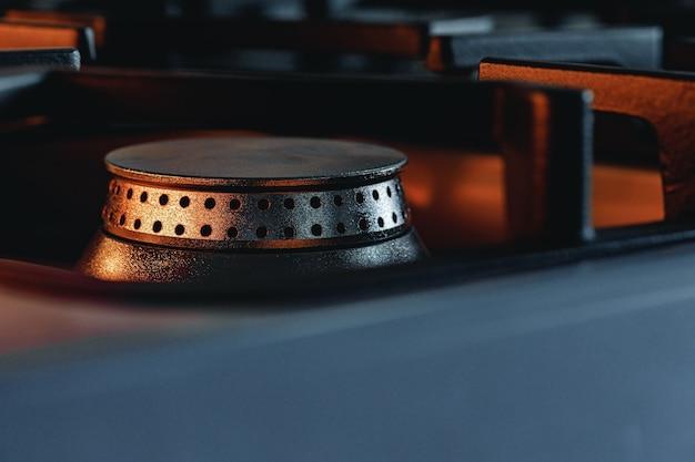 Горелка одной металлической газовой плиты крупным планом