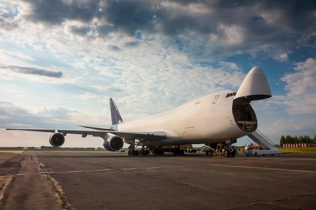 Unloading wide-body cargo aircraft