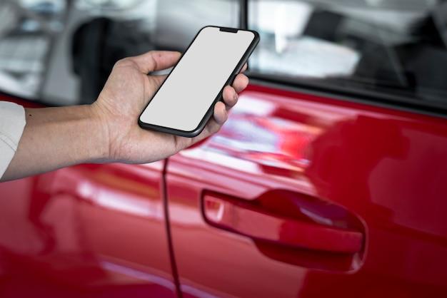 Разблокировка красной двери автомобиля с помощью приложения для смартфона