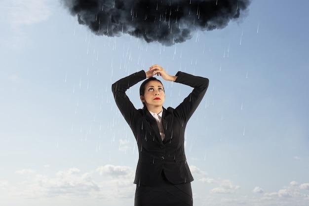 Несчастная бизнес-леди с черным облаком, полным дождя над ее головой