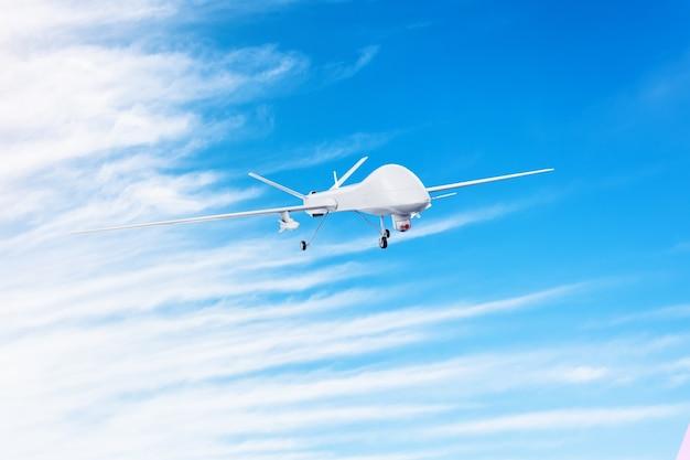 Беспилотный военный дрон с боевыми ракетами летает в небе.