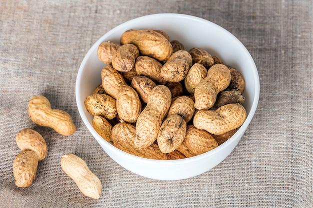 Неочищенный арахис. угощения для индийского канадского пенджабского праздничного фестиваля лори