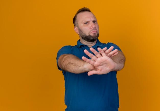Недовольный взрослый славянский мужчина смотрит и не делает жест