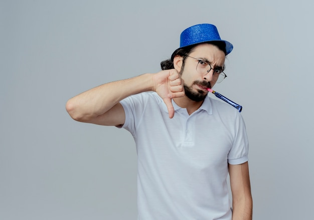 眼鏡と青い帽子をかぶった不機嫌なハンサムな男は、白で隔離された彼の親指を笛を吹く