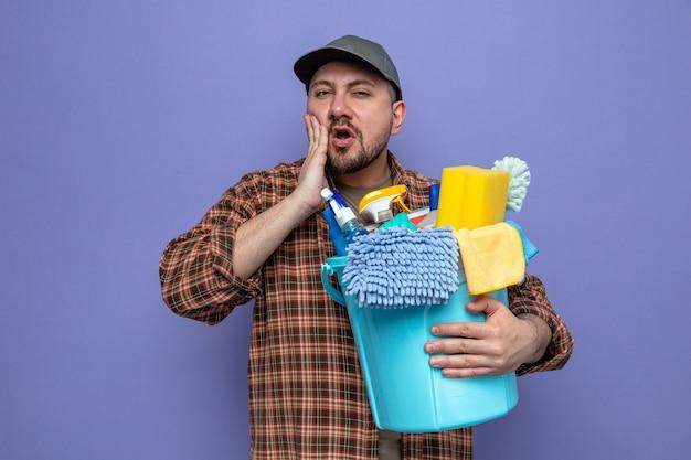 掃除道具を持っている不機嫌なスラブクリーナー男と