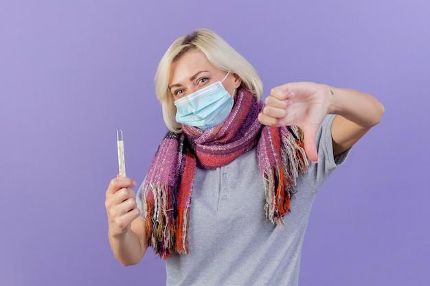 医療マスクとスカーフを身に着けている不機嫌な若いブロンドの病気のスラブ女性