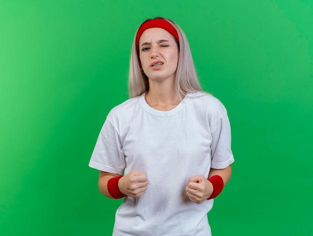 ヘッドバンドを身に着けている中かっこで不愉快な若い白人のスポーティーな女の子