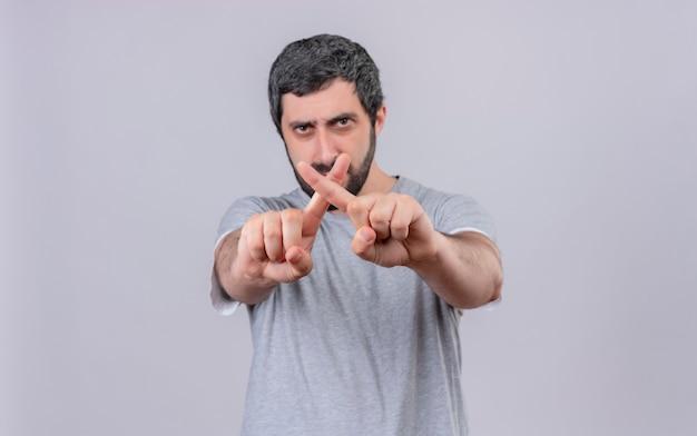 Недовольный молодой красивый кавказский мужчина, не делающий жестов в камеру, изолированные на белом фоне с копией пространства