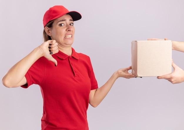 不機嫌そうな若いきれいな出産の女性が均一な親指を下ろし、孤立した誰かにカードボックスを与える