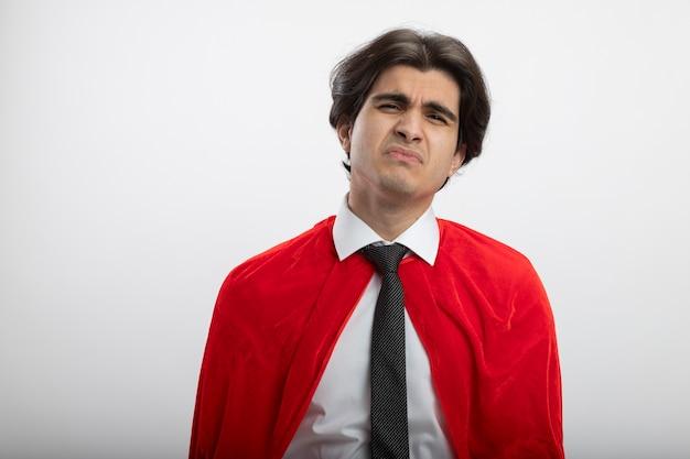 흰색에 고립 된 넥타이 착용 카메라를보고 불쾌한 젊은 슈퍼 히어로 남자