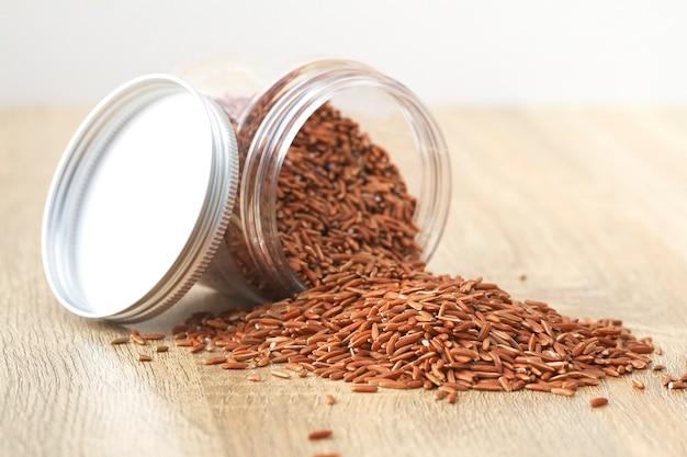 흰색 배경에 닦지 않는 빨간 쌀. 아시아의 제품.