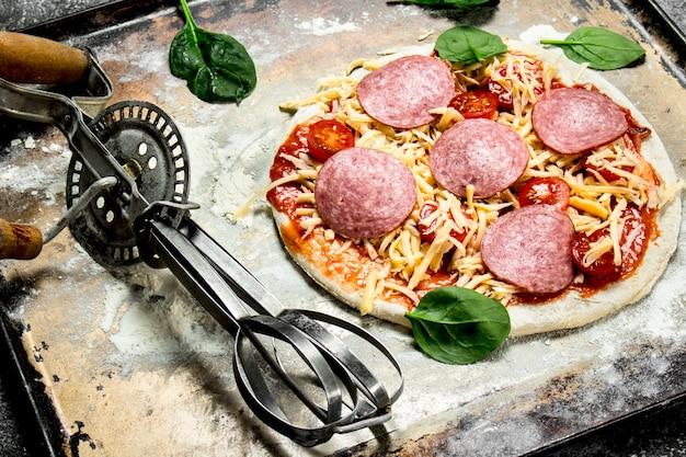 材料を使った調理されていないピザ。