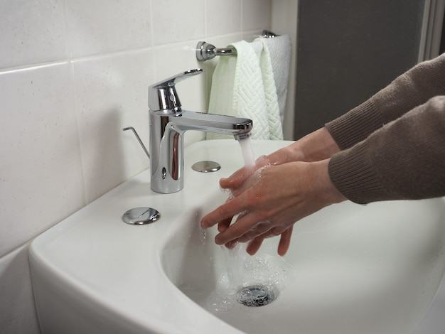 手を洗う認識できない男