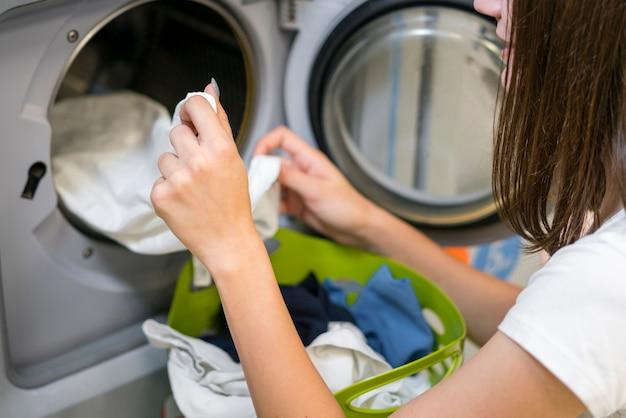 Donna irriconoscibile che fa alto vicino della lavanderia Foto Gratuite