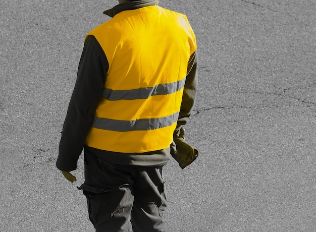 До неузнаваемости человек в желтом жилете