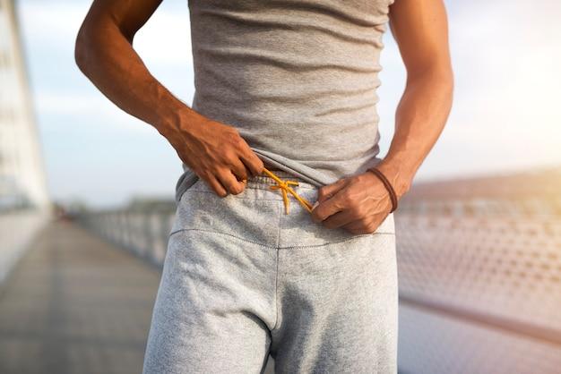 Atleta irriconoscibile che si prepara per l'allenamento fitness