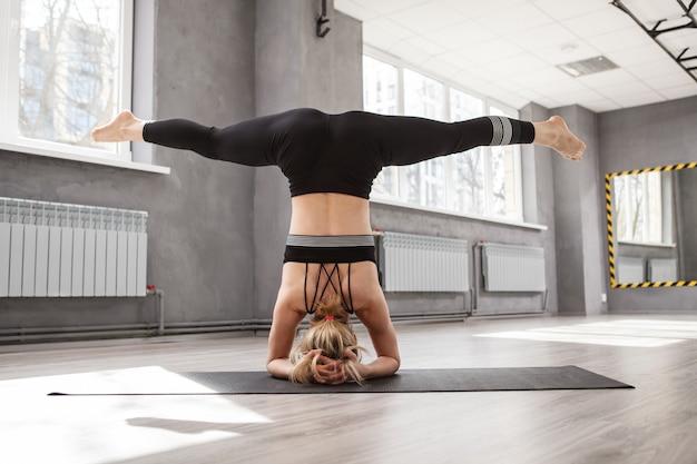 逆立ち位置で空気分割を行う認識できない運動女性