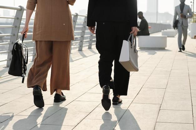 인식할 수 없는 비즈니스 사람들이 걷고