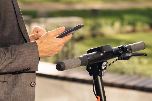 До неузнаваемости бизнесмен берет в аренду электрический самокат бесконтактный шкафчик nfc на велосипеде